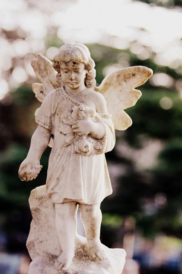 Bilde av en statue fra en kirkegård i forbindelse med begravelse seremoni